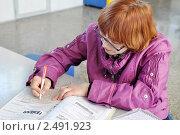 Купить «Пенсионерка на почте заполняет подписной абонемент на газету (журнал)», эксклюзивное фото № 2491923, снято 22 апреля 2011 г. (c) Анна Мартынова / Фотобанк Лори