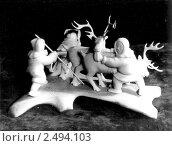 Купить «Резьба по кости, фигурки оленеводов», фото № 2494103, снято 18 января 2019 г. (c) Сергей Лешков / Фотобанк Лори