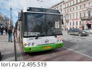 Купить «Городской автобус на остановке. Санкт-Петербург», фото № 2495519, снято 18 апреля 2011 г. (c) Виктор Карасев / Фотобанк Лори