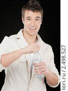 Купить «Юноша открывает бутылку с водой», фото № 2498527, снято 10 ноября 2010 г. (c) BestPhotoStudio / Фотобанк Лори