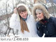 Две девушки зимой на пикнике. Стоковое фото, фотограф Ольга Дудина / Фотобанк Лори