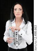 Купить «Женщина открывает бутылку с водой», фото № 2498663, снято 10 ноября 2010 г. (c) BestPhotoStudio / Фотобанк Лори