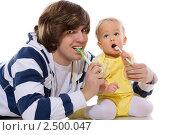 Купить «Мужчина с сыном чистят зубы», фото № 2500047, снято 22 января 2010 г. (c) Ольга Сапегина / Фотобанк Лори