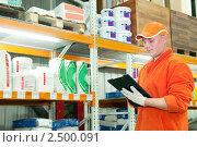 Купить «Работник на складе», фото № 2500091, снято 15 сентября 2019 г. (c) Дмитрий Калиновский / Фотобанк Лори