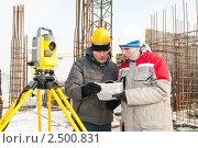 Купить «Два инженера-строителя на стройке с теодолитом», фото № 2500831, снято 22 февраля 2019 г. (c) Дмитрий Калиновский / Фотобанк Лори