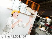 Купить «Пиццамейкер  жонглирует  тестом», фото № 2501107, снято 18 августа 2019 г. (c) Дмитрий Калиновский / Фотобанк Лори