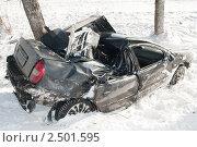 Купить «Разбитый в аварии автомобиль в снегу», фото № 2501595, снято 18 января 2019 г. (c) Дмитрий Калиновский / Фотобанк Лори