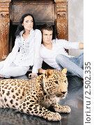 Купить «Мужчина и женщина с леопардом у камина», фото № 2502335, снято 23 мая 2019 г. (c) BestPhotoStudio / Фотобанк Лори