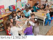 Купить «Воспитатель занимается с детьми в детском саду», фото № 2502567, снято 8 апреля 2011 г. (c) Федор Королевский / Фотобанк Лори
