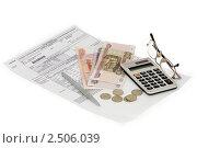 Оплата ЖКХ, квитанция, деньги, калькулятор, очки. Редакционное фото, фотограф Ковалев Василий / Фотобанк Лори