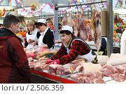 Купить «Прилавок со свежим мясом на рынке», эксклюзивное фото № 2506359, снято 11 декабря 2010 г. (c) Дмитрий Неумоин / Фотобанк Лори