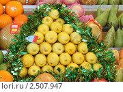 Купить «Фрукты на прилавке», эксклюзивное фото № 2507947, снято 11 декабря 2010 г. (c) Дмитрий Неумоин / Фотобанк Лори