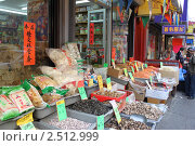 Купить «Нью-Йорк. Лавка Чайна-тауна», фото № 2512999, снято 26 апреля 2011 г. (c) Юлия Козинец / Фотобанк Лори