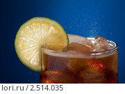 Купить «Стакан колы с лаймом», фото № 2514035, снято 10 апреля 2011 г. (c) Сергей Новиков / Фотобанк Лори