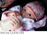 Купить «Ребенок ест из бутылочки», фото № 2516159, снято 5 мая 2011 г. (c) Морозова Татьяна / Фотобанк Лори