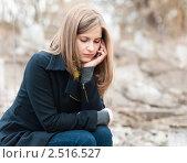Девушка на улице разговаривает по мобильному телефону. Стоковое фото, фотограф Игорь Низов / Фотобанк Лори