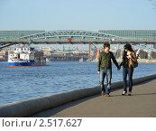 Купить «Москва. Городские виды. Люди гуляют по Пушкинской набережной», эксклюзивное фото № 2517627, снято 29 апреля 2011 г. (c) lana1501 / Фотобанк Лори