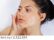 Девушка мажет лицо кремом. Стоковое фото, фотограф Дарья Столярова / Фотобанк Лори