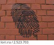 """Купить «Граффити """"Отпечаток пальца"""" на кирпичной стене», фото № 2523703, снято 2 мая 2011 г. (c) Ирина Борсученко / Фотобанк Лори"""