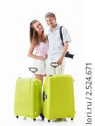 Счастливая молодая пара с туристическими чемоданами. Стоковое фото, фотограф Raev Denis / Фотобанк Лори