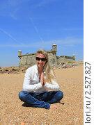 Девушка, сидящая на песке рядом со старинным фортом. Порту, Португалия (2011 год). Стоковое фото, фотограф Галина Бурцева / Фотобанк Лори