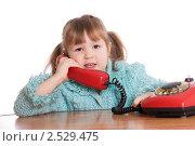 Купить «Маленькая девочка с телефоном», фото № 2529475, снято 25 января 2020 г. (c) Воронин Владимир Сергеевич / Фотобанк Лори