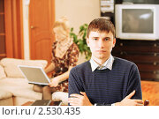 Купить «Мужчина и девушка с ноутбуком на заднем плане», фото № 2530435, снято 8 февраля 2009 г. (c) BestPhotoStudio / Фотобанк Лори