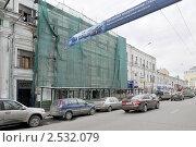 Купить «Строительная сетка на старинном здании. Пятницкая улица. Замоскворечье. Москва», эксклюзивное фото № 2532079, снято 16 апреля 2011 г. (c) stargal / Фотобанк Лори