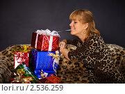 Купить «Красивая женщина получила много подарков», фото № 2536259, снято 4 февраля 2011 г. (c) pzAxe / Фотобанк Лори