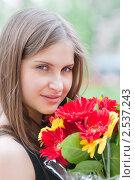 Купить «Портрет красивой девушки с букетом цветов», эксклюзивное фото № 2537243, снято 13 мая 2011 г. (c) Игорь Низов / Фотобанк Лори