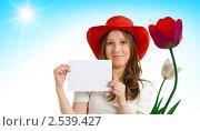 Девушка в шляпе рядом с тюльпаном. Стоковое фото, фотограф Олег Кириллов / Фотобанк Лори