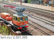 Купить «Железнодорожная дрезина для ремонтных работ едет по депо. Вид сверху.», эксклюзивное фото № 2551395, снято 6 мая 2011 г. (c) Игорь Низов / Фотобанк Лори