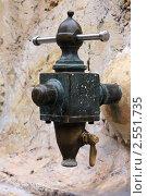 Купить «Водопроводный кран в старом испанском городе», фото № 2551735, снято 24 мая 2019 г. (c) valentina vasilieva / Фотобанк Лори