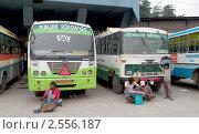 Купить «На автобусной станции. г. Манали, Северная Индия», фото № 2556187, снято 17 мая 2011 г. (c) Виктор Карасев / Фотобанк Лори