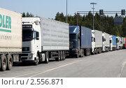Купить «Очередь грузовиков на границе», фото № 2556871, снято 23 мая 2011 г. (c) Маргарита Герм / Фотобанк Лори