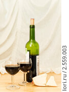 Бутылка вина на столе. Стоковое фото, фотограф Мария Лу / Фотобанк Лори