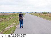 Купить «Одинокий турист шагает вдаль по дороге», фото № 2560267, снято 23 июля 2006 г. (c) Владимир Горощенко / Фотобанк Лори
