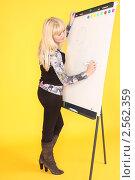 Девушка пишет на доске. Стоковое фото, фотограф Шарипова Лилия / Фотобанк Лори