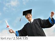 Купить «Счастливый выпускник с дипломом», фото № 2564135, снято 27 марта 2019 г. (c) Дмитрий Калиновский / Фотобанк Лори