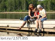 Купить «Мама с сыновьями читает книгу на свежем воздухе», фото № 2571855, снято 28 мая 2011 г. (c) Оксана Лычева / Фотобанк Лори