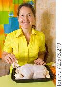 Купить «Женщина фарширует курицу», фото № 2573219, снято 7 октября 2010 г. (c) Яков Филимонов / Фотобанк Лори