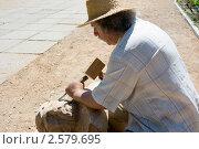 Купить «Скульптор создает скульптуру из дерева», фото № 2579695, снято 3 июня 2011 г. (c) Наталья Гарячая / Фотобанк Лори