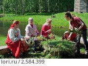 Купить «Плетение венков на праздник Троица», фото № 2584399, снято 7 июня 2009 г. (c) ElenArt / Фотобанк Лори