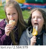 Купить «Две девочки едят мороженое», фото № 2584979, снято 2 июня 2011 г. (c) RedTC / Фотобанк Лори