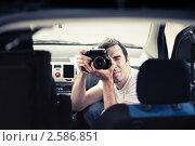 Человек с фотоаппаратом в салоне автомобиля. Стоковое фото, фотограф Василий Повольнов / Фотобанк Лори