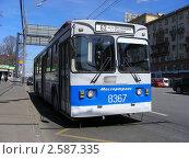 Купить «Москва. Троллейбус на остановке. Ленинский проспект», эксклюзивное фото № 2587335, снято 22 апреля 2011 г. (c) lana1501 / Фотобанк Лори
