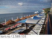 Крым. Алушта. Пляж с соломенными зонтиками. (2008 год). Редакционное фото, фотограф Анжелика Сеннова / Фотобанк Лори