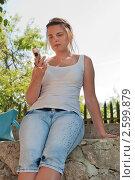 Купить «Женщина с мобильным телефоном», эксклюзивное фото № 2599879, снято 12 июня 2011 г. (c) Юрий Морозов / Фотобанк Лори