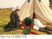 Медсестра возле раненого солдата на реконструкции Альминского сражения (2010 год). Редакционное фото, фотограф Кирилл Губа / Фотобанк Лори