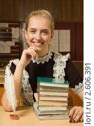 Купить «Старшеклассница с книгами за партой», фото № 2606391, снято 16 мая 2011 г. (c) Дмитрий Черевко / Фотобанк Лори